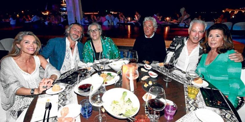 Una amiga con el psicólogo Josep Fabregas, la restauradora Alba Pau, Ricardo Urgell, presidente del Grupo Pachá, José Pascual y Maribel en Lío.