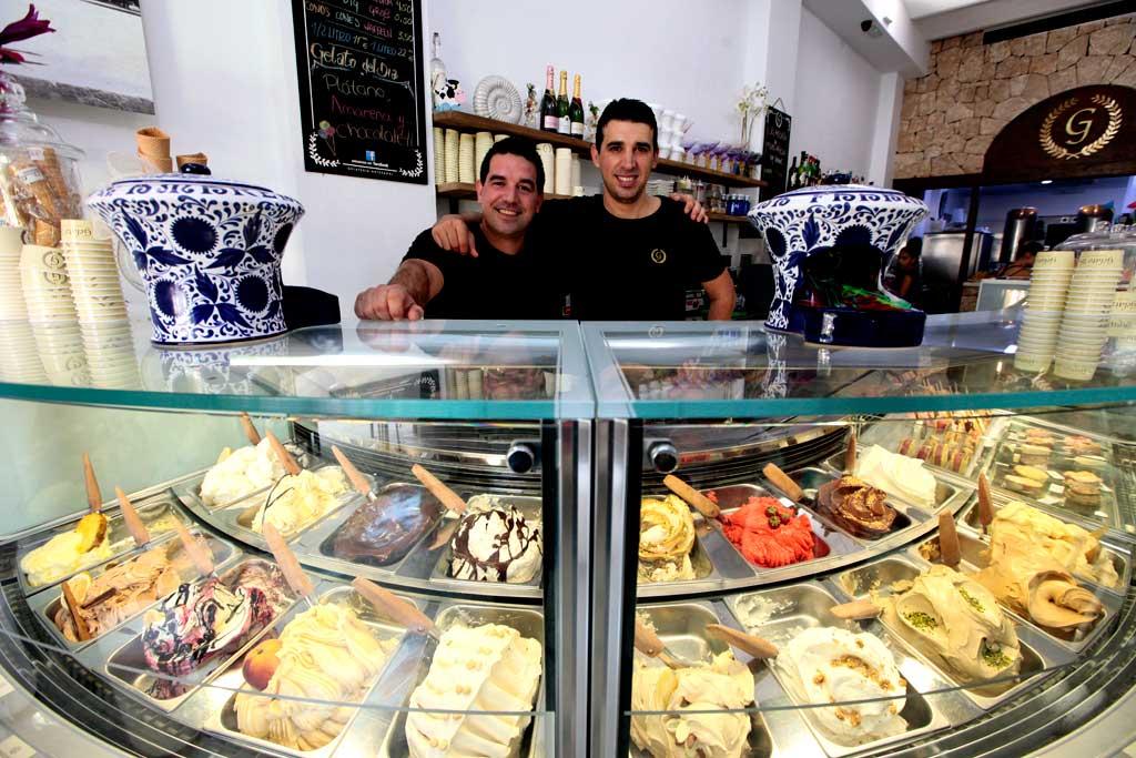 Alex y Marlon en el mostrador de helados.