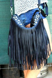 BOLSOS.- Los bolsos y botas más de moda este verano están cuajados de flecos, preferiblemente de piel y muy largos