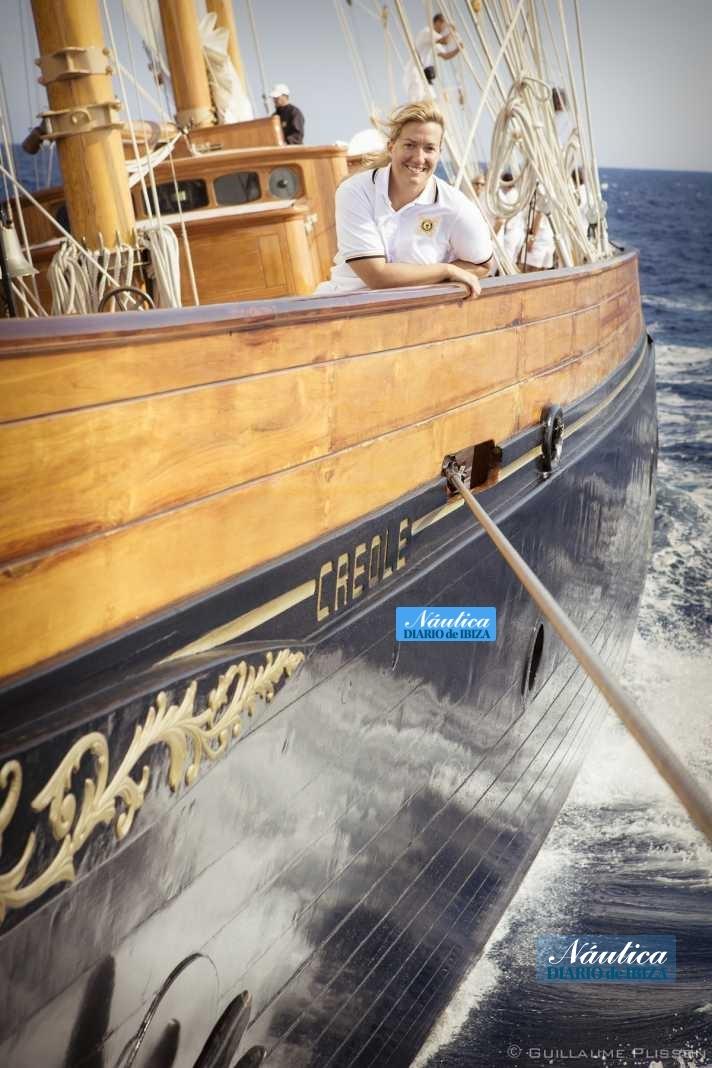 Allegra Gucci en la proa del barco en la que ve el mítico nombre de la nave.
