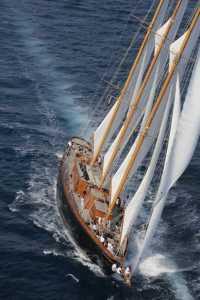 Foto aérea del 'Creole' con los mil metros de vela desplegados al viento.