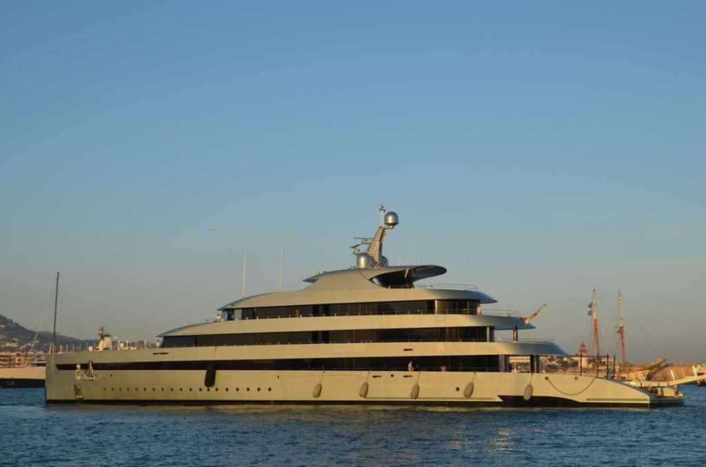 El impresionante 'Savannah' maniobra para atracar en el puerto de Vila. SEBASTIÁN CANDELA