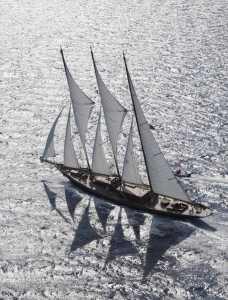 Espectacular vista aérea del velero con los tres palos cargados de viento.