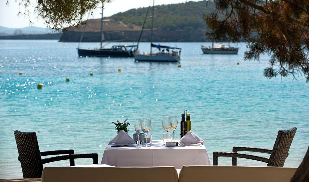 Cala Bassa Beach Club. Gastronomía  y ambiente en aguas turquesas