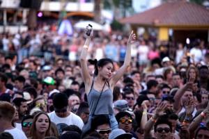 Los teléfonos móviles forman parte del paisaje del los clubs y conciertos.