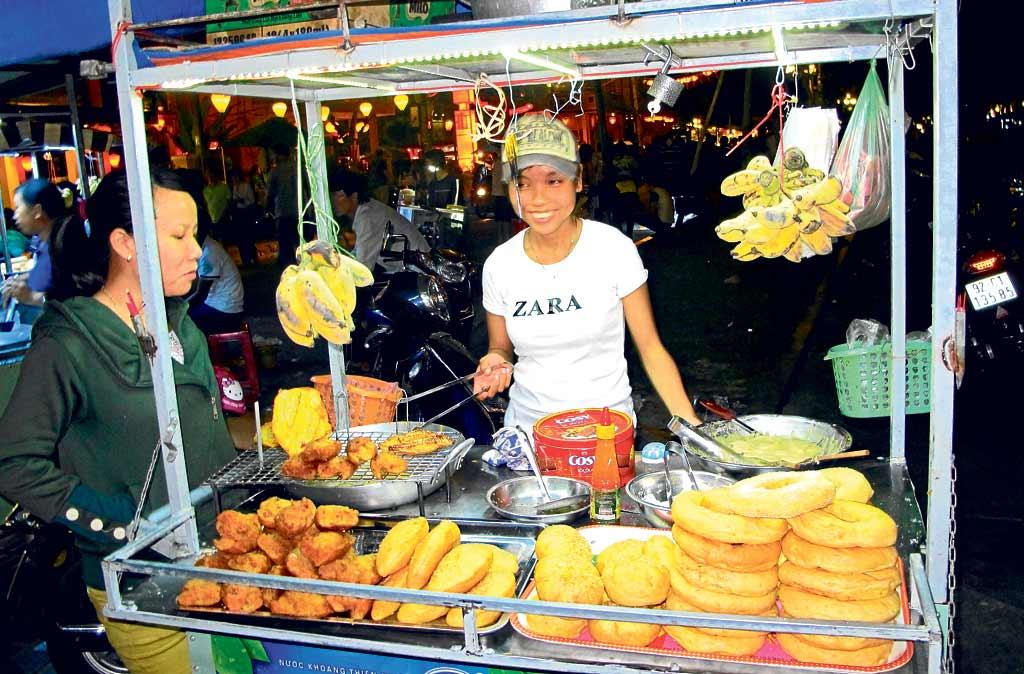 Puesto ambulante típico de tempura frita de frutas y pancakes.