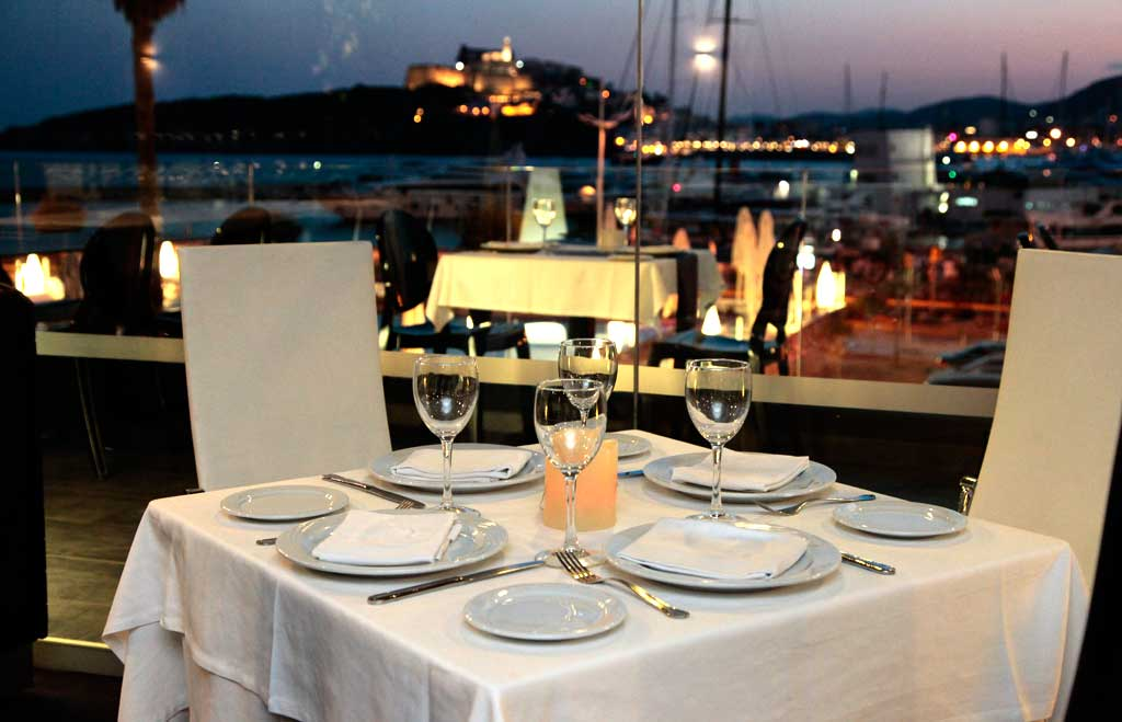 Una cita culinaria con impresionantes vistas a la bahía de Ibiza.