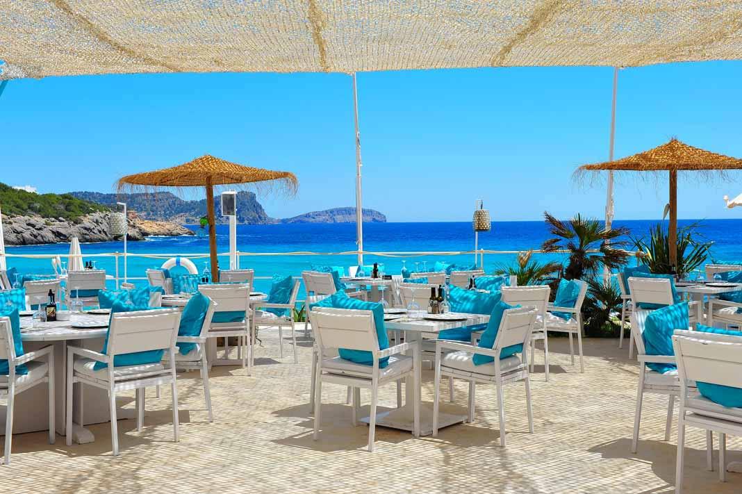Es Restaurant Atzaró Beach Cala Nova. El Mediterráneo no cierra en Cala Nova
