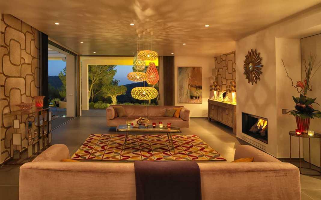 Diseño de una casa moderna ibicenca con espacios abiertos y grandes ventanales. ATLANTDELVENT