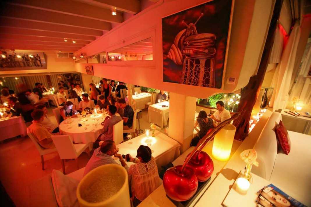 Interior del restaurante, que para estas Navidades ofrece unos interesantes menús para empresas y navideños. VITORINO-GABI VÁZQUEZ