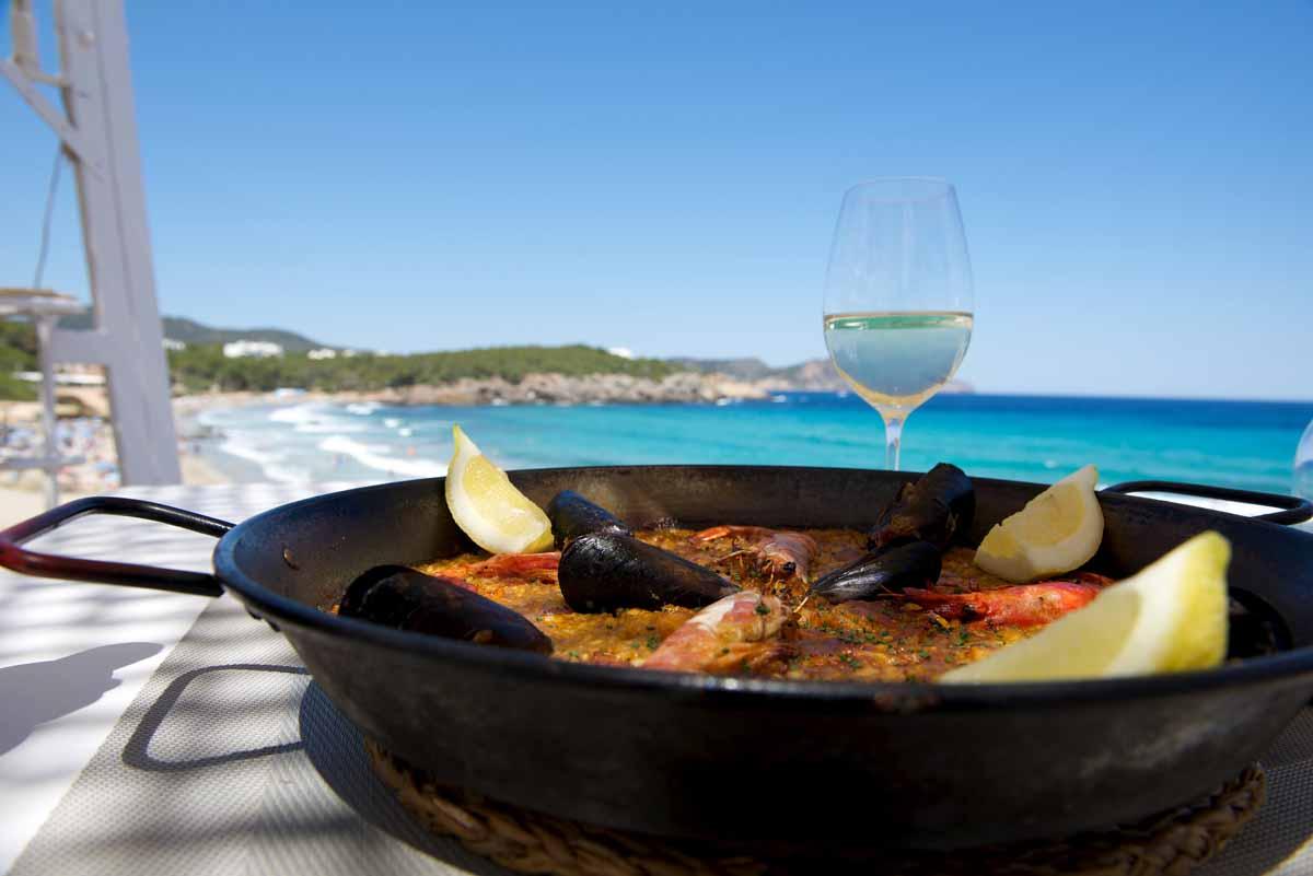 Es restaurant Atzaró Beach. Cocina local junto al mar en Cala Nova