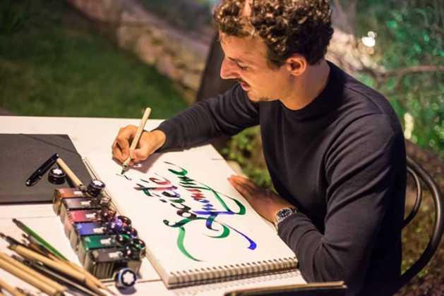 El prestigioso Nicolás Ouchenir caligrafía los menús.