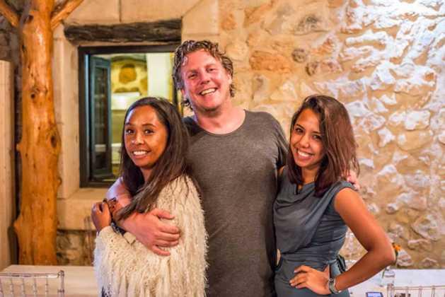 Diana y Alysha Pattiselanno con Arend Andreade, organizadores.