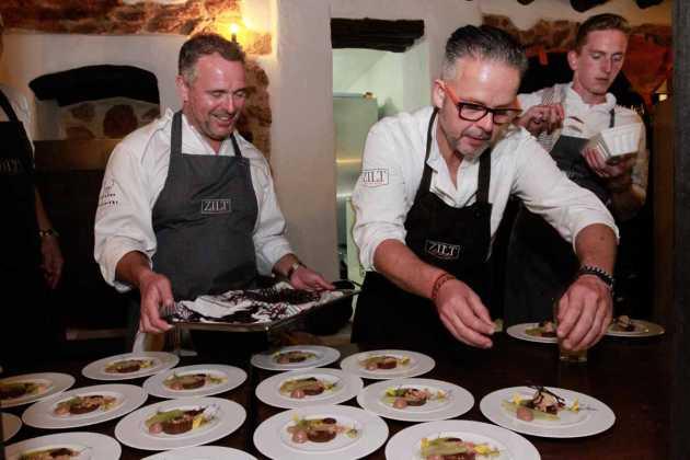 Los chefs Edwin y Robert Vinke dan los últimos toques a un plato.