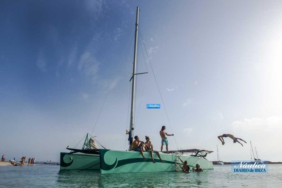 El catamarán cuenta con espacio para tomar el sol y disfrutar del mar