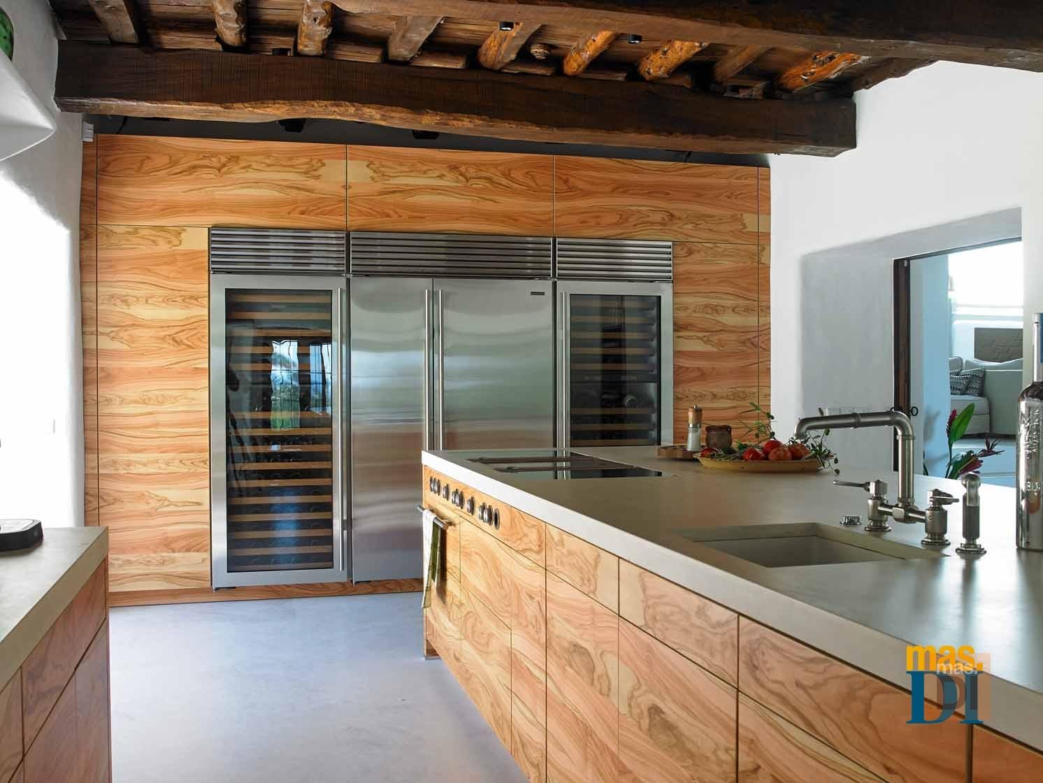 Frontal y embellecedores en madera de olivo en una casa de campo ibicenca.  CONRAD WHITE af714d56fb5e
