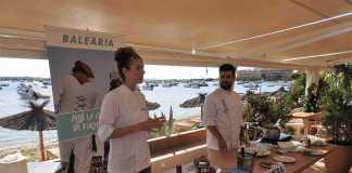 Baleària. Ana Jiménez y Andrés Benitez durante la demostración de su cocina. C.C.