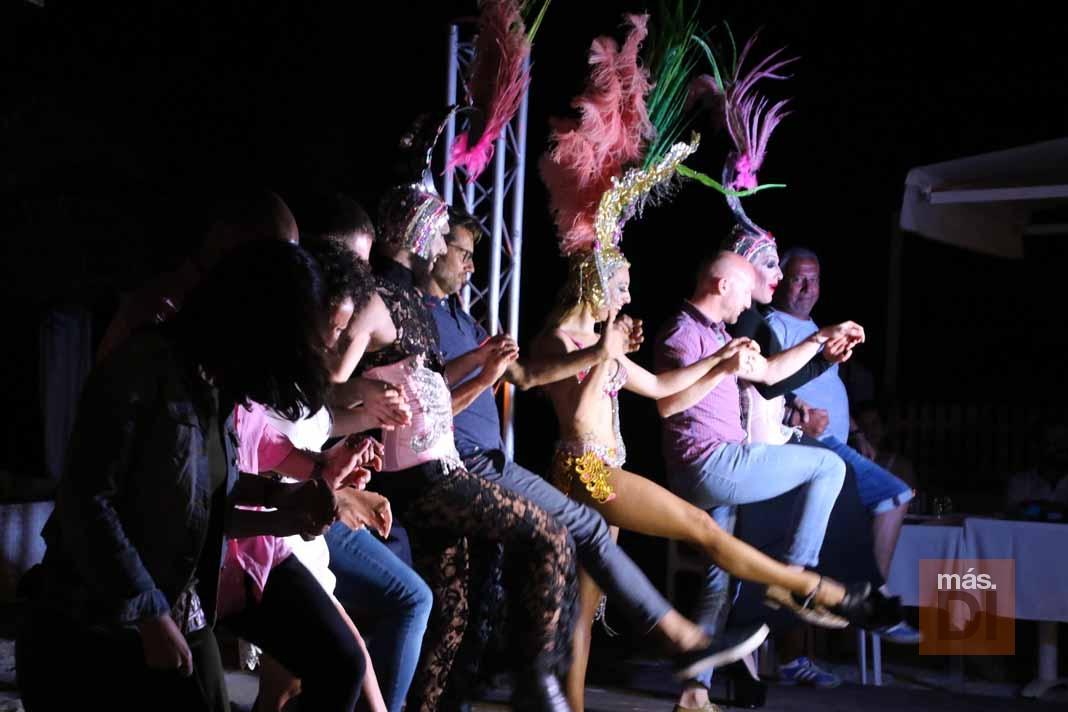 Bali Beach Club Ibiza. Hoy, cabaret en la arena bajo la luna llena