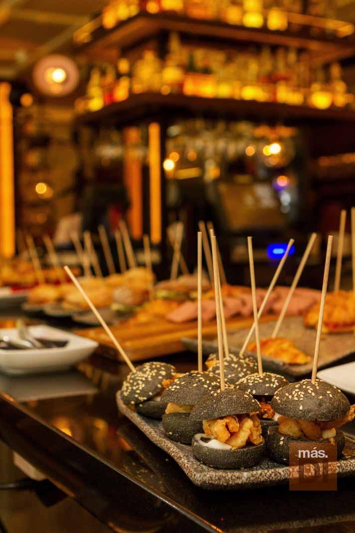 CAFÉ MONTESOL. La tentación en forma  de 'pintxos' y mariscos