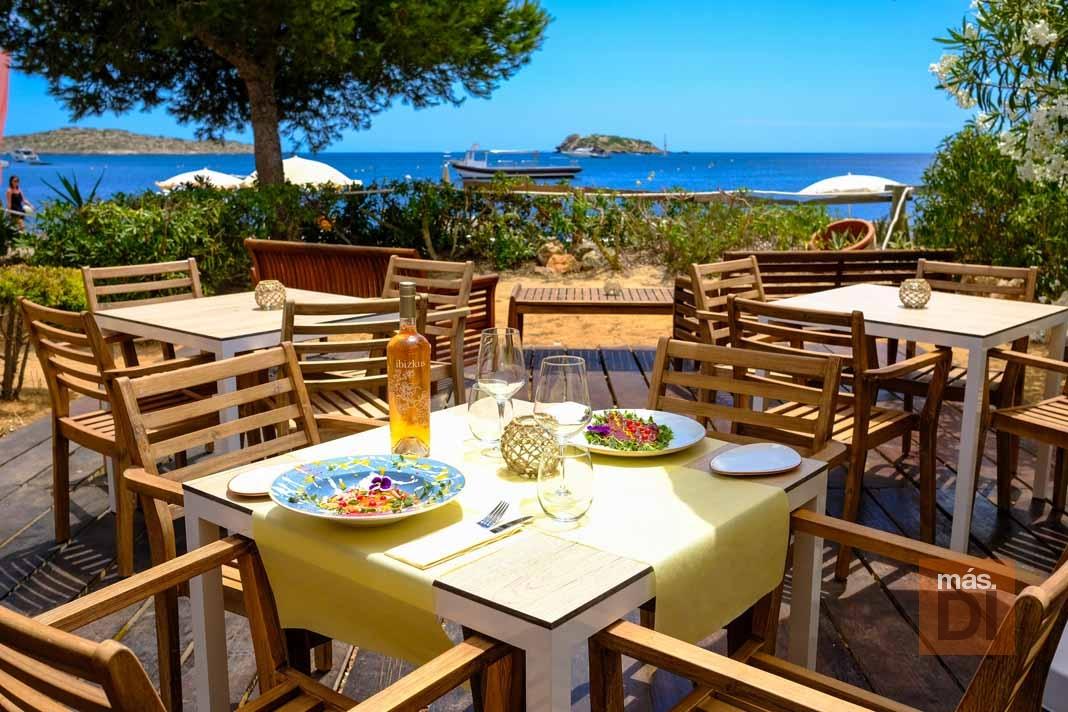 Chiringuito Cala Martina. Gastronomía fresca y colorida inspirada en la tierra y el mar.