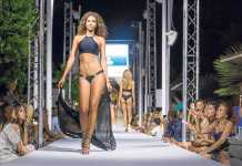 Bikini con túnica negra transparente a juego de la firma Aqua Viva.