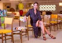 Nieves Álvarez posa elegantemente entre una hilera de sillas en el Estudio L.A. de la carretera de Santa Eulària. FOTOS: AISHA BONET