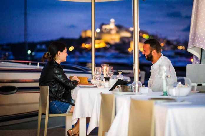 Restaurante a son de mar, increíbles vistas a Dalt Vila desde la mesa. SERGIO G. CAÑIZARES
