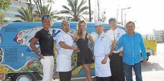 Gastronomía Japón-Ibiza. Los cocineros con la bloguera Aiste Miseviciute y Pedro Tur.