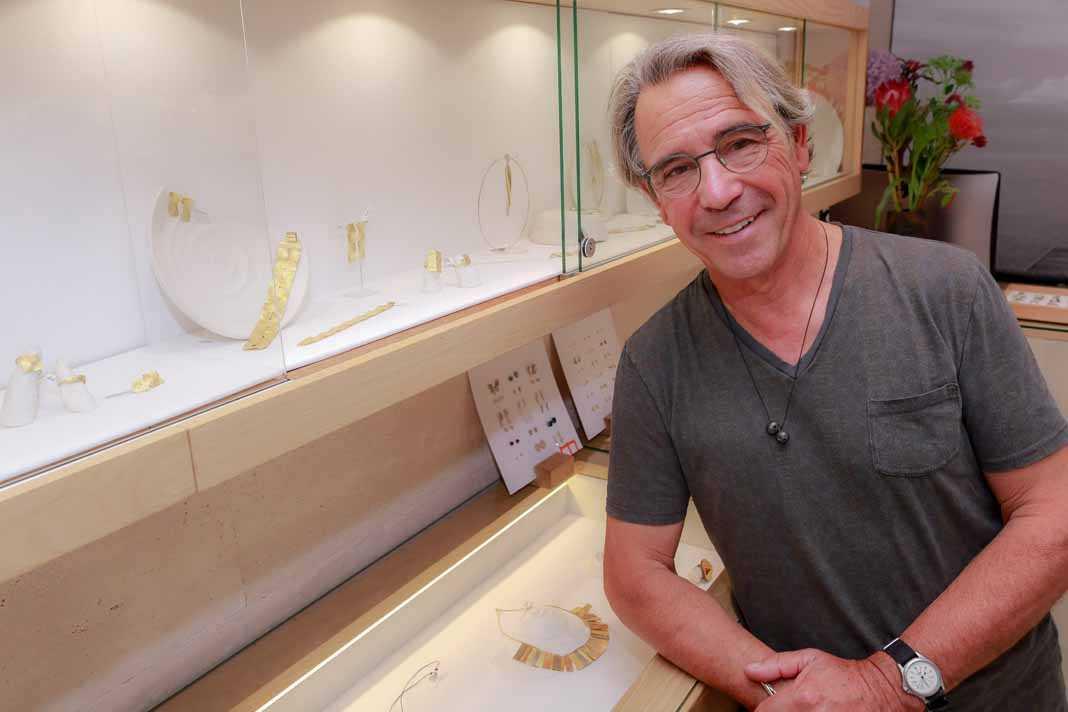 Joyería Majoral. El artista joyero Enric Majoral en su tienda de Ibiza.