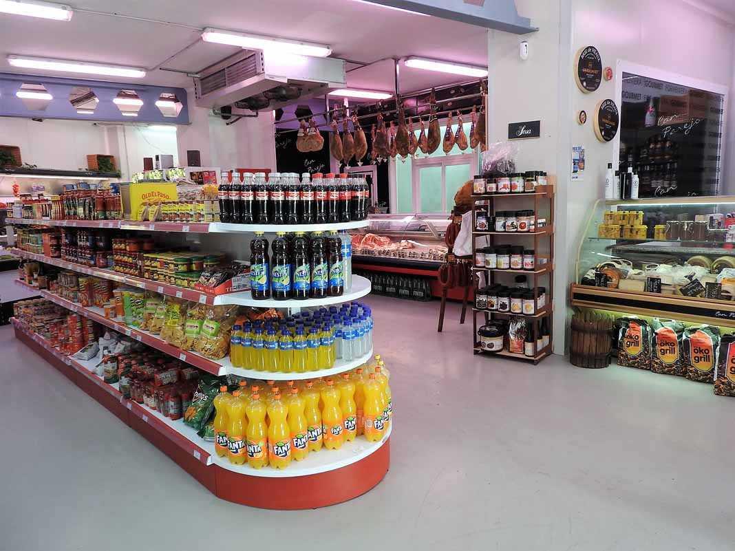 Expositores siempre en orden y gran variedad de productos en el supermercado Can Parejo