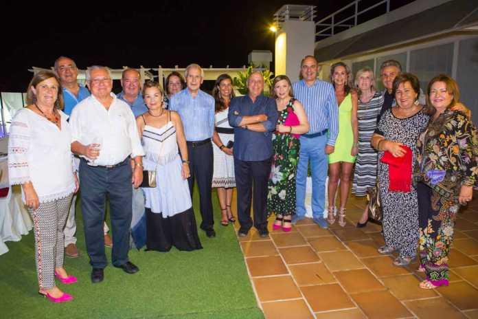 Foto de familia de los invitados a la cena del cumpleaños de Pepe Colomar.