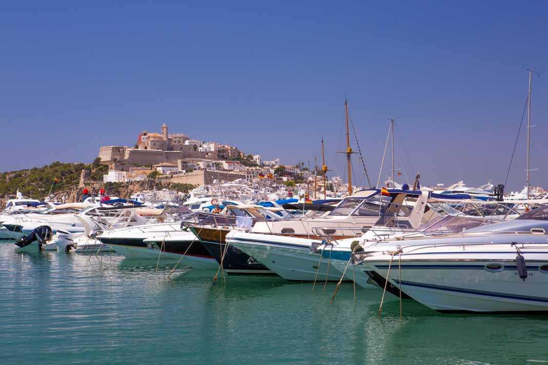 Los puertos deportivos de la isla cada vez más apuestan por barcos de gran eslora. AISHA BONET