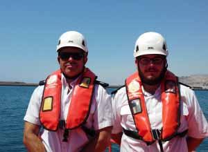 Dos técnicos de Salvamento Marítimo con los chalecos. S.MARÍTIMO