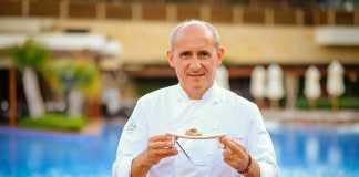 Paco Pérez durante su estancia en Ibiza en la muestra gastronómica 'Sabors', con una de sus creaciones.