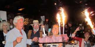 Iria llevó el pastel de cumpleaños a su padre.