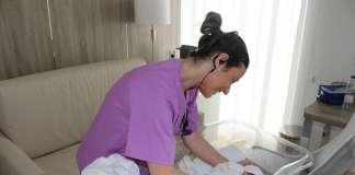Una enfermera de Policlínica con un recién nacido.
