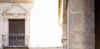 La diseñadora Virginia Vald posa en Dalt Vila con uno de sus vestidos en blanco. FOTOS: Óscar Munar