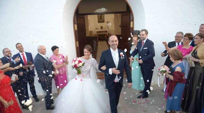 Natalia y Rafael, elegantemente vestidos, sonrien a los invitados al salir de la iglesia. Gabriel Vázquez
