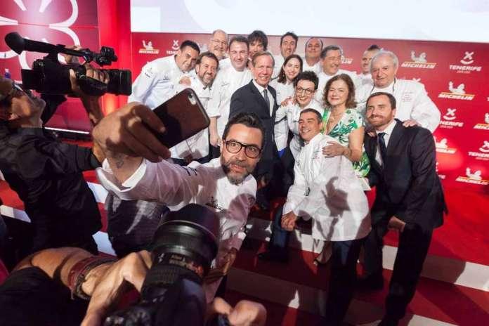 Los cocineros con tres estrellas Michelín se hacen un 'selfie' con el presidente del Cabildo de Tenerife, Carlos Alonso, y el director internacional de la Guía Michelin, Michael Ellis, durante la gala para España y Portugal celebrada en el hotel Abama de Guía de Isora, en Tenerife.