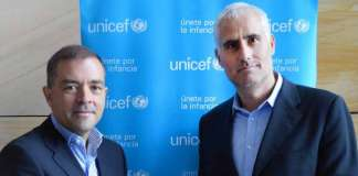 Raúl Sierra y Claudio López en la entrega de la aportación a Unicef