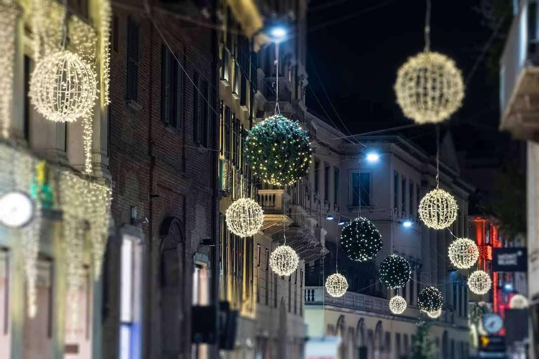 Calles decoradas con luces navideñas.