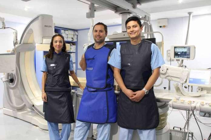 Lucía Vera, Marcos Ñato y Sebastián Gaido, los tres especialistas en cardiología intervencionista de la Policlínica.
