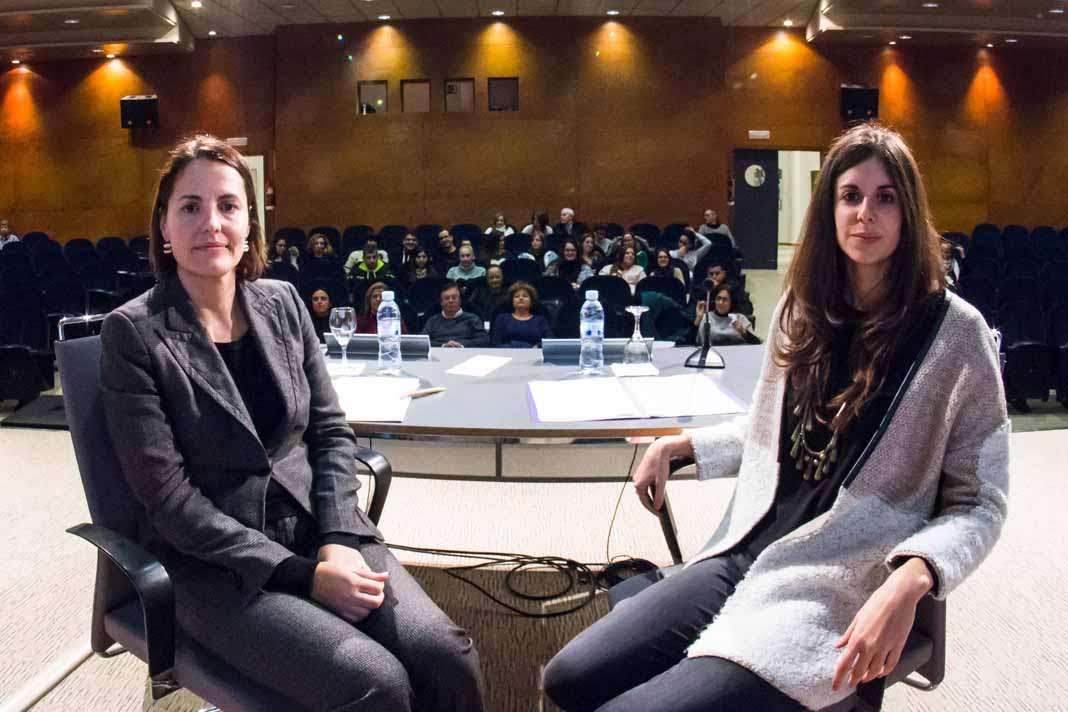 Mónica Miranda, gerente de la funeraria Aurens, junto a la psicóloga Vera Santos en el Club Diario de Ibiza.