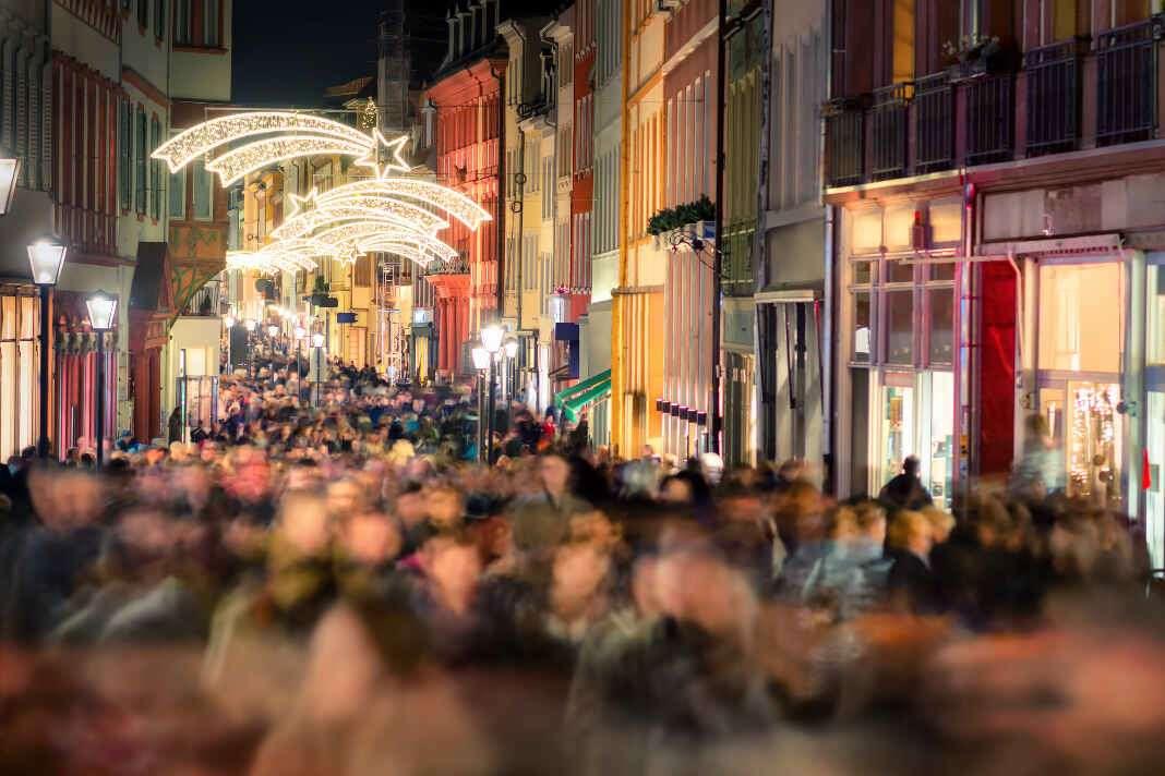 Las calles se llenan para recibir a los Reyes durante la cabalgata.