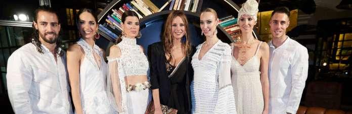 La modelo Estefanía Luyk, asidua de Eivissa y los desfiles Adlib, posa con el grupo de modelos vestidos con creaciones de la Pasarela Adlib 2018. moda adlib Ibiza. Adlib en Fitur 2018