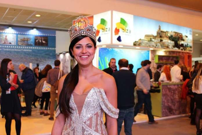 Miss Canarias frente al estand de Eivissa. Disfraces en Fitur