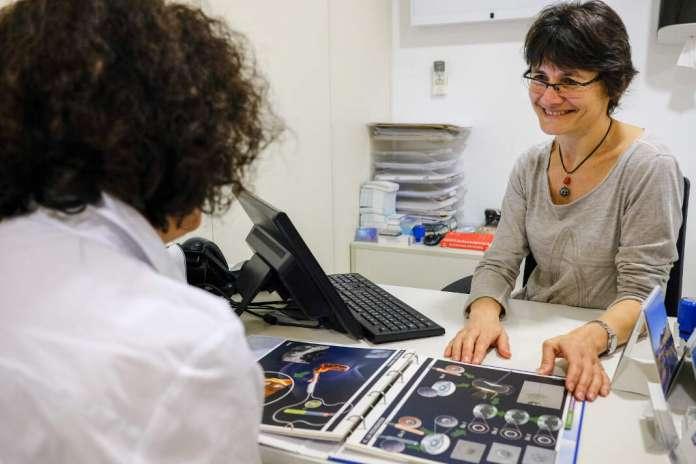 La doctora Victoria Bonet considera esencial ofrecer toda la información a sus pacientes antes de someterse a un tratamiento. fotos: sergio g. cañizares Reproducción asistida