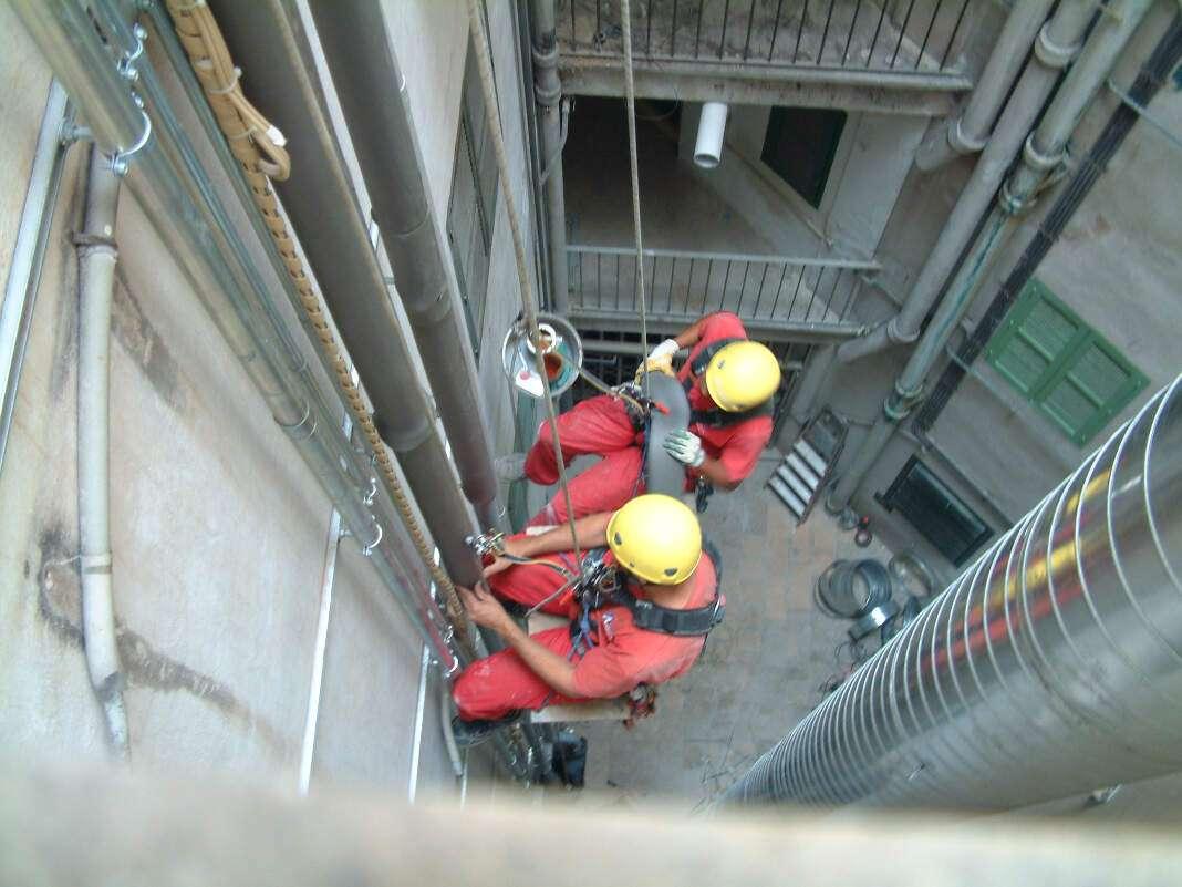 Seguridad laboral. Los profesionales reconocen que hay que extremar las medidas de seguridad en la construcción. VESTALIA