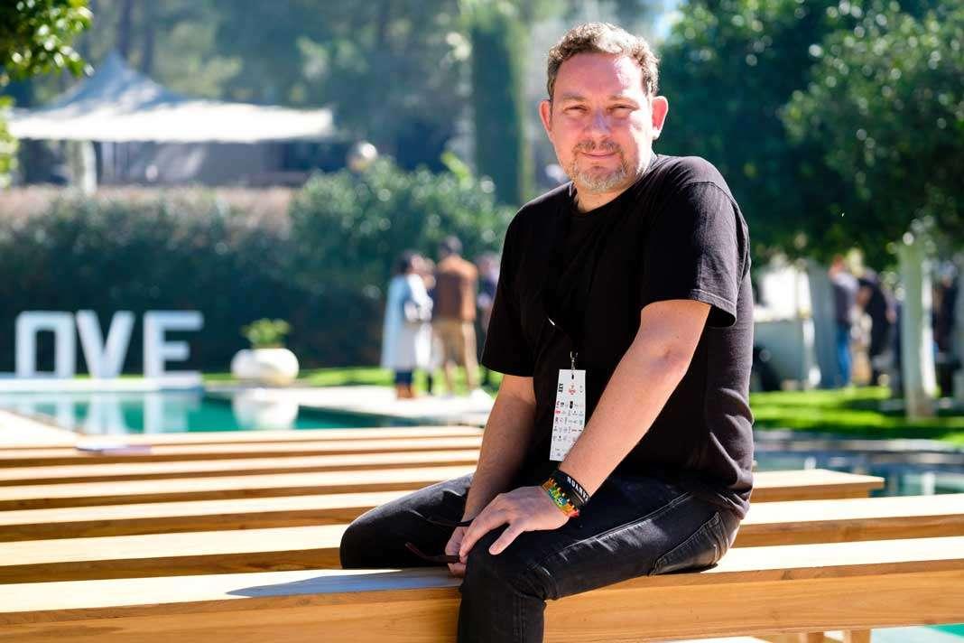 Alimentar a niños. Albert Adrià, copropietario de Heart Ibiza, posa en los jardines de Atzaró durante el evento Face Food Mag.