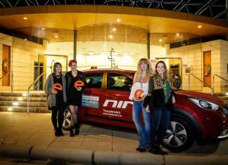 Las premiadas posan con la 'e' de eWoman y con el Kia Niro situado en las puertas del Club Diario de Ibiza. sergio g. cañizares
